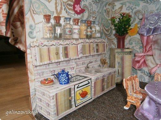 Вот Мой чудесный домик для кукол! Делала я его для своей племянницы, ко дню рождения! И вот он наконец готов! В нем есть практически все для жизни! 4 обустроенных комнаты- кухня, ванная, гостиная и конечно же спальня!  фото 17