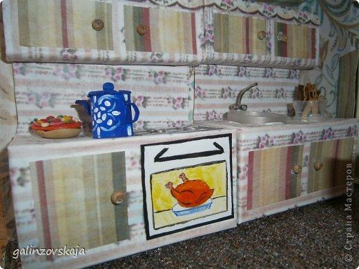 Вот Мой чудесный домик для кукол! Делала я его для своей племянницы, ко дню рождения! И вот он наконец готов! В нем есть практически все для жизни! 4 обустроенных комнаты- кухня, ванная, гостиная и конечно же спальня!  фото 19