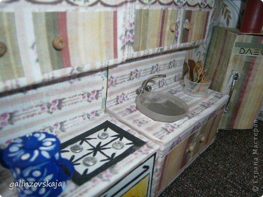 Вот Мой чудесный домик для кукол! Делала я его для своей племянницы, ко дню рождения! И вот он наконец готов! В нем есть практически все для жизни! 4 обустроенных комнаты- кухня, ванная, гостиная и конечно же спальня!  фото 20