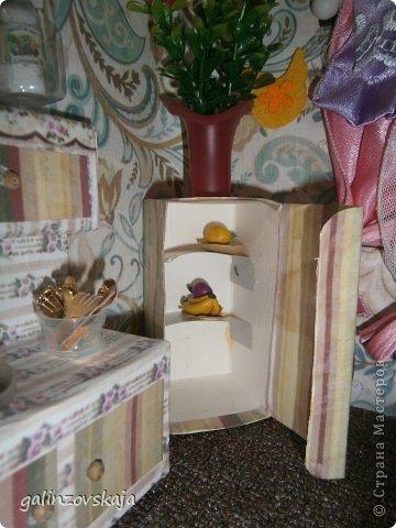 Вот Мой чудесный домик для кукол! Делала я его для своей племянницы, ко дню рождения! И вот он наконец готов! В нем есть практически все для жизни! 4 обустроенных комнаты- кухня, ванная, гостиная и конечно же спальня!  фото 22