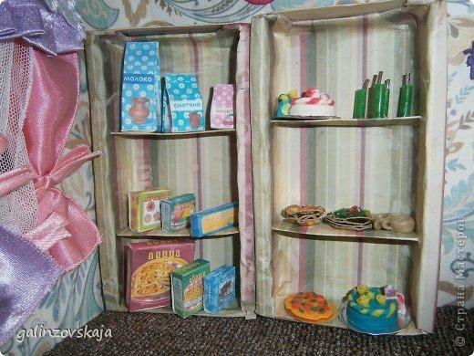 Вот Мой чудесный домик для кукол! Делала я его для своей племянницы, ко дню рождения! И вот он наконец готов! В нем есть практически все для жизни! 4 обустроенных комнаты- кухня, ванная, гостиная и конечно же спальня!  фото 25