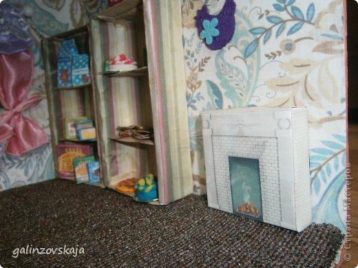 Вот Мой чудесный домик для кукол! Делала я его для своей племянницы, ко дню рождения! И вот он наконец готов! В нем есть практически все для жизни! 4 обустроенных комнаты- кухня, ванная, гостиная и конечно же спальня!  фото 26