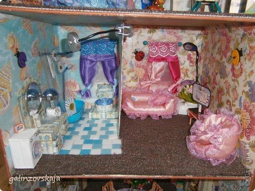 Вот Мой чудесный домик для кукол! Делала я его для своей племянницы, ко дню рождения! И вот он наконец готов! В нем есть практически все для жизни! 4 обустроенных комнаты- кухня, ванная, гостиная и конечно же спальня!  фото 34