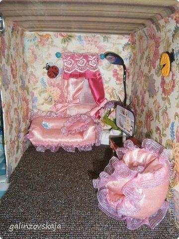 Вот Мой чудесный домик для кукол! Делала я его для своей племянницы, ко дню рождения! И вот он наконец готов! В нем есть практически все для жизни! 4 обустроенных комнаты- кухня, ванная, гостиная и конечно же спальня!  фото 35