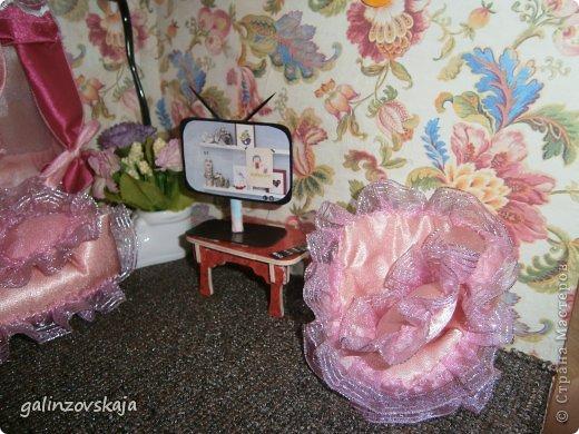 Вот Мой чудесный домик для кукол! Делала я его для своей племянницы, ко дню рождения! И вот он наконец готов! В нем есть практически все для жизни! 4 обустроенных комнаты- кухня, ванная, гостиная и конечно же спальня!  фото 37