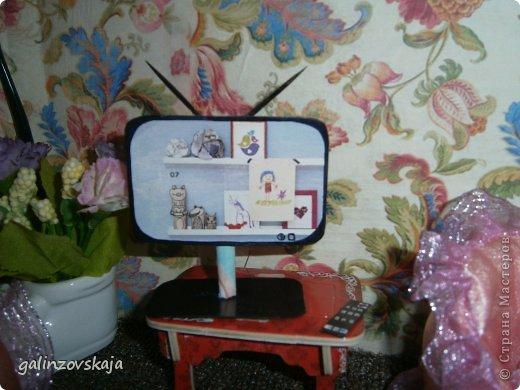 Вот Мой чудесный домик для кукол! Делала я его для своей племянницы, ко дню рождения! И вот он наконец готов! В нем есть практически все для жизни! 4 обустроенных комнаты- кухня, ванная, гостиная и конечно же спальня!  фото 38
