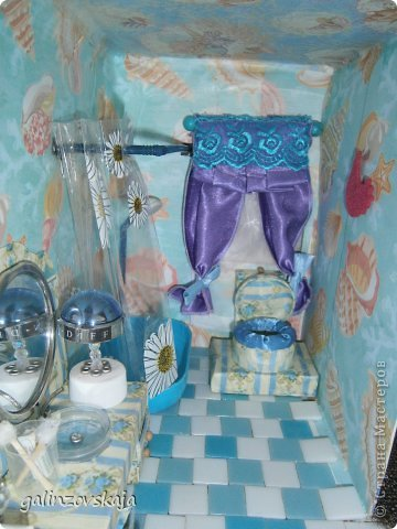 Вот Мой чудесный домик для кукол! Делала я его для своей племянницы, ко дню рождения! И вот он наконец готов! В нем есть практически все для жизни! 4 обустроенных комнаты- кухня, ванная, гостиная и конечно же спальня!  фото 40