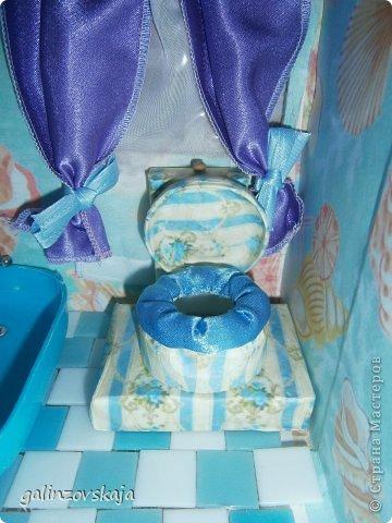 Вот Мой чудесный домик для кукол! Делала я его для своей племянницы, ко дню рождения! И вот он наконец готов! В нем есть практически все для жизни! 4 обустроенных комнаты- кухня, ванная, гостиная и конечно же спальня!  фото 41