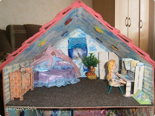 Вот Мой чудесный домик для кукол! Делала я его для своей племянницы, ко дню рождения! И вот он наконец готов! В нем есть практически все для жизни! 4 обустроенных комнаты- кухня, ванная, гостиная и конечно же спальня!  фото 44