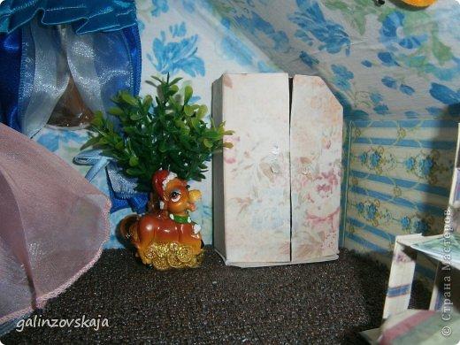 Вот Мой чудесный домик для кукол! Делала я его для своей племянницы, ко дню рождения! И вот он наконец готов! В нем есть практически все для жизни! 4 обустроенных комнаты- кухня, ванная, гостиная и конечно же спальня!  фото 54