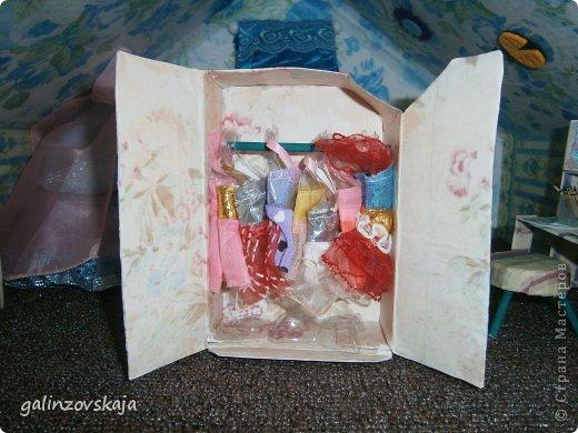 Вот Мой чудесный домик для кукол! Делала я его для своей племянницы, ко дню рождения! И вот он наконец готов! В нем есть практически все для жизни! 4 обустроенных комнаты- кухня, ванная, гостиная и конечно же спальня!  фото 56
