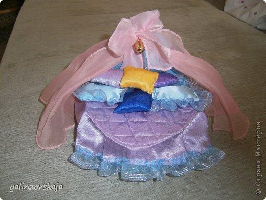 Вот Мой чудесный домик для кукол! Делала я его для своей племянницы, ко дню рождения! И вот он наконец готов! В нем есть практически все для жизни! 4 обустроенных комнаты- кухня, ванная, гостиная и конечно же спальня!  фото 48
