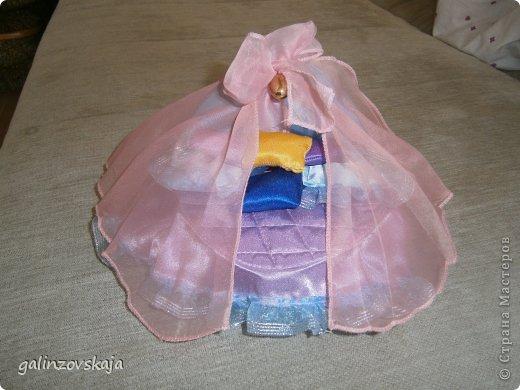Вот Мой чудесный домик для кукол! Делала я его для своей племянницы, ко дню рождения! И вот он наконец готов! В нем есть практически все для жизни! 4 обустроенных комнаты- кухня, ванная, гостиная и конечно же спальня!  фото 49
