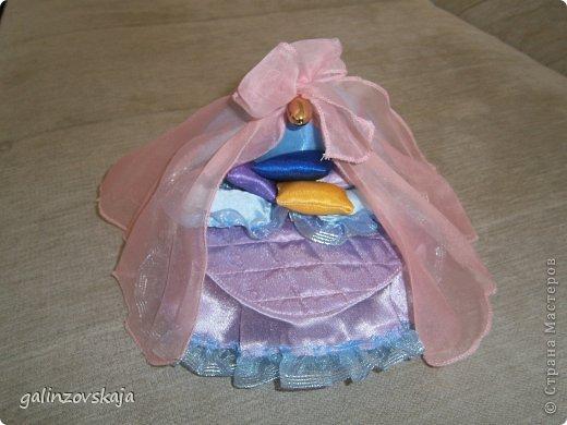 Вот Мой чудесный домик для кукол! Делала я его для своей племянницы, ко дню рождения! И вот он наконец готов! В нем есть практически все для жизни! 4 обустроенных комнаты- кухня, ванная, гостиная и конечно же спальня!  фото 53