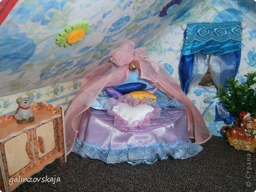 Вот Мой чудесный домик для кукол! Делала я его для своей племянницы, ко дню рождения! И вот он наконец готов! В нем есть практически все для жизни! 4 обустроенных комнаты- кухня, ванная, гостиная и конечно же спальня!  фото 47