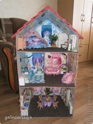 Вот Мой чудесный домик для кукол! Делала я его для своей племянницы, ко дню рождения! И вот он наконец готов! В нем есть практически все для жизни! 4 обустроенных комнаты- кухня, ванная, гостиная и конечно же спальня!  фото 57