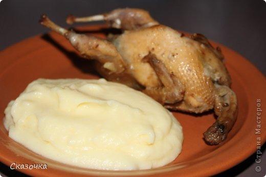 """Берем: перепелки: 6-8 шт.; масло растительное: 100 мл. (я смешала оливковое и подсолнечное 1:1); чеснок: 6 зубчиков; лук репчатый: 1 шт.; лимон: 1 шт.; мед жидкий: 2 ст.л.; приправы: перец свежемолотый, соль, корица, паприка, тмин, кориандр, молотый имбирь (добавляла на глаз, по вкусу).  Готовим маринад. Из лимона выжать сок, чеснок мелко порезать, лук почистить и порезать тонкими полукольцами и смешать со всем остальным. Перепелочек помыть и залить маринадом. Поставить в холодильник минимум на 6 часов. У меня стояли ровно сутки в судочке хоттер с вакуумом.  Заворачиваем каждую в фольгу, кладем на дно чаши грудками вверх. Режим """"Выпечка"""" 2 уровень, 40 минут. Все, наслаждаемся! Я запекала по 4 перепелки 2 раза. фото 1"""