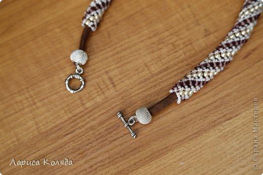 """Материал:чешский бисер, гранатовые бусины и бусины """"под жемчуг"""". Мне нравится, когда жгуты надеты на шнурок- это очень удобно, не надо ломать голову над тем, как прикрепить застежку к жгуту. В  этом жгуте я использовала текстильный шнурок. фото 3"""