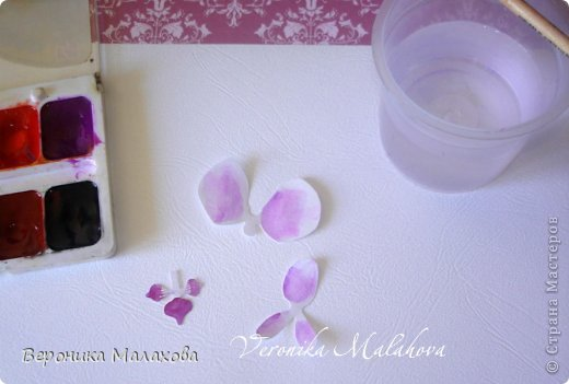 Хочу предложить вашему вниманию несложный мастер-класс по изготовлению декоративного элемента - цветок орхидеи. Он может быть центральным элементом, например, открытки или альбома. Он сам по себе выглядит очень роскошным и подарит неповторимость вашей работе :) фото 5