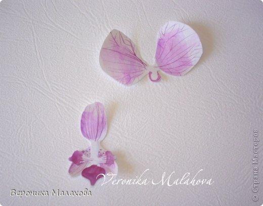 Хочу предложить вашему вниманию несложный мастер-класс по изготовлению декоративного элемента - цветок орхидеи. Он может быть центральным элементом, например, открытки или альбома. Он сам по себе выглядит очень роскошным и подарит неповторимость вашей работе :) фото 7