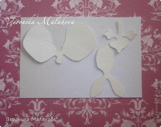 Хочу предложить вашему вниманию несложный мастер-класс по изготовлению декоративного элемента - цветок орхидеи. Он может быть центральным элементом, например, открытки или альбома. Он сам по себе выглядит очень роскошным и подарит неповторимость вашей работе :) фото 4