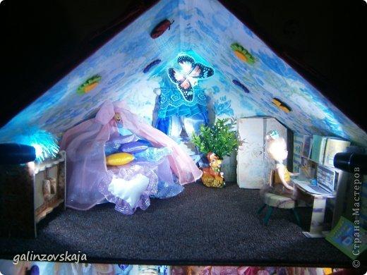 Вот Мой чудесный домик для кукол! Делала я его для своей племянницы, ко дню рождения! И вот он наконец готов! В нем есть практически все для жизни! 4 обустроенных комнаты- кухня, ванная, гостиная и конечно же спальня!  фото 59