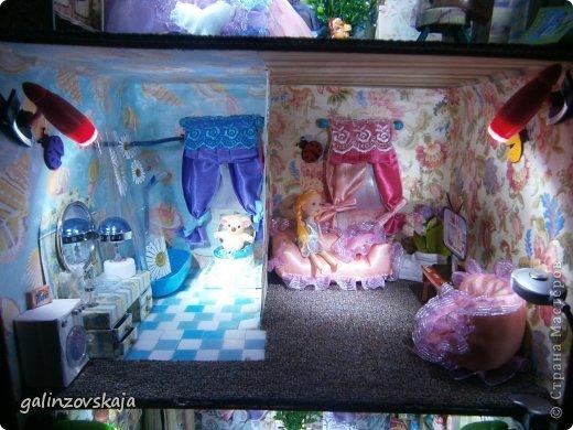 Вот Мой чудесный домик для кукол! Делала я его для своей племянницы, ко дню рождения! И вот он наконец готов! В нем есть практически все для жизни! 4 обустроенных комнаты- кухня, ванная, гостиная и конечно же спальня!  фото 62
