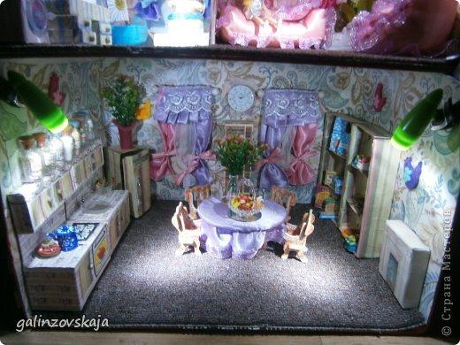 Вот Мой чудесный домик для кукол! Делала я его для своей племянницы, ко дню рождения! И вот он наконец готов! В нем есть практически все для жизни! 4 обустроенных комнаты- кухня, ванная, гостиная и конечно же спальня!  фото 66