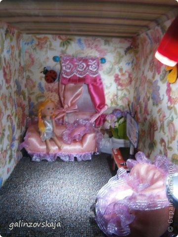 Вот Мой чудесный домик для кукол! Делала я его для своей племянницы, ко дню рождения! И вот он наконец готов! В нем есть практически все для жизни! 4 обустроенных комнаты- кухня, ванная, гостиная и конечно же спальня!  фото 63