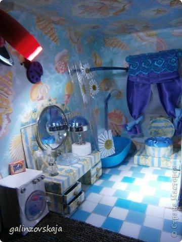 Вот Мой чудесный домик для кукол! Делала я его для своей племянницы, ко дню рождения! И вот он наконец готов! В нем есть практически все для жизни! 4 обустроенных комнаты- кухня, ванная, гостиная и конечно же спальня!  фото 65