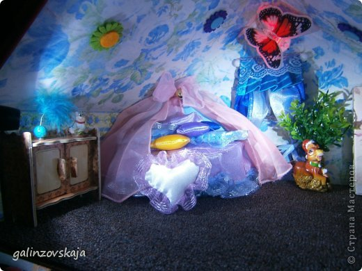 Вот Мой чудесный домик для кукол! Делала я его для своей племянницы, ко дню рождения! И вот он наконец готов! В нем есть практически все для жизни! 4 обустроенных комнаты- кухня, ванная, гостиная и конечно же спальня!  фото 60