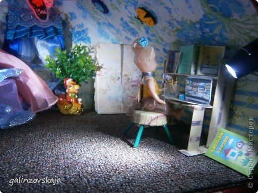 Вот Мой чудесный домик для кукол! Делала я его для своей племянницы, ко дню рождения! И вот он наконец готов! В нем есть практически все для жизни! 4 обустроенных комнаты- кухня, ванная, гостиная и конечно же спальня!  фото 61