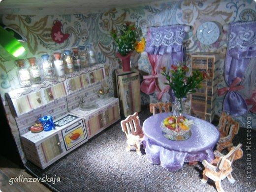 Вот Мой чудесный домик для кукол! Делала я его для своей племянницы, ко дню рождения! И вот он наконец готов! В нем есть практически все для жизни! 4 обустроенных комнаты- кухня, ванная, гостиная и конечно же спальня!  фото 67