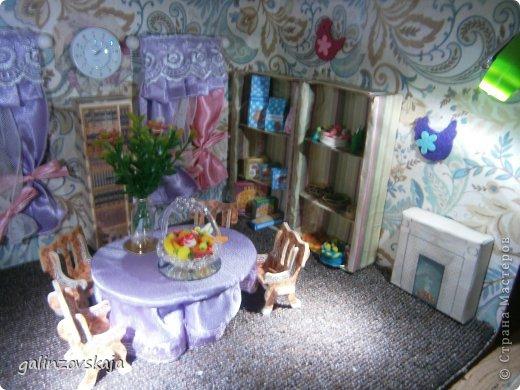 Вот Мой чудесный домик для кукол! Делала я его для своей племянницы, ко дню рождения! И вот он наконец готов! В нем есть практически все для жизни! 4 обустроенных комнаты- кухня, ванная, гостиная и конечно же спальня!  фото 68
