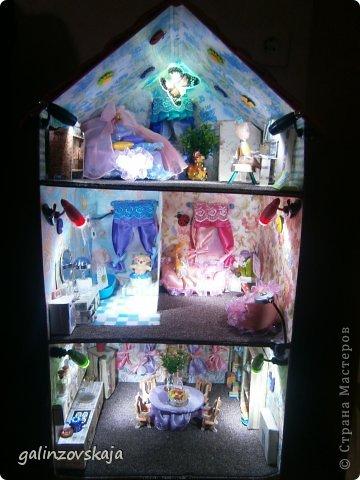 Вот Мой чудесный домик для кукол! Делала я его для своей племянницы, ко дню рождения! И вот он наконец готов! В нем есть практически все для жизни! 4 обустроенных комнаты- кухня, ванная, гостиная и конечно же спальня!  фото 58