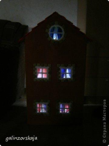 Вот Мой чудесный домик для кукол! Делала я его для своей племянницы, ко дню рождения! И вот он наконец готов! В нем есть практически все для жизни! 4 обустроенных комнаты- кухня, ванная, гостиная и конечно же спальня!  фото 69