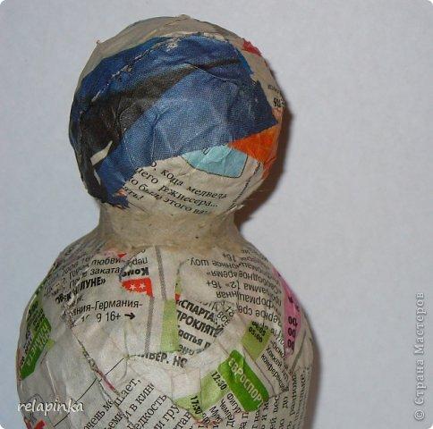 Материалы:  2 бумажных шарика-мячика (описание как такие сделать https://stranamasterov.ru/node/488274 )  подставка (какая-нибудь увесистая плоская штучка) проволока, фольга, картон плотный, скотч бумажный, шкурка. папье-маше масса (https://stranamasterov.ru/node/617177 ) роспись-акриловые краски. фото 11