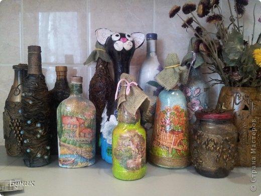 Здравствуйте!!! За майские выходные наделались бутылочки. На фото не все!Есть старенькие и новенькие. Перекрасила ушки и крыши домиков (у котика) в белый. фото 1