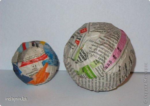 Материалы:  2 бумажных шарика-мячика (описание как такие сделать https://stranamasterov.ru/node/488274 )  подставка (какая-нибудь увесистая плоская штучка) проволока, фольга, картон плотный, скотч бумажный, шкурка. папье-маше масса (https://stranamasterov.ru/node/617177 ) роспись-акриловые краски. фото 8