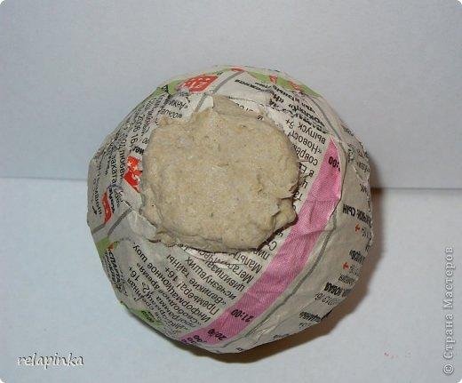 Материалы:  2 бумажных шарика-мячика (описание как такие сделать https://stranamasterov.ru/node/488274 )  подставка (какая-нибудь увесистая плоская штучка) проволока, фольга, картон плотный, скотч бумажный, шкурка. папье-маше масса (https://stranamasterov.ru/node/617177 ) роспись-акриловые краски. фото 9