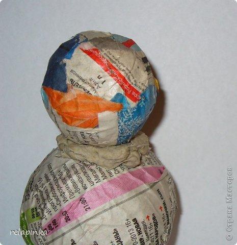 Материалы:  2 бумажных шарика-мячика (описание как такие сделать https://stranamasterov.ru/node/488274 )  подставка (какая-нибудь увесистая плоская штучка) проволока, фольга, картон плотный, скотч бумажный, шкурка. папье-маше масса (https://stranamasterov.ru/node/617177 ) роспись-акриловые краски. фото 10