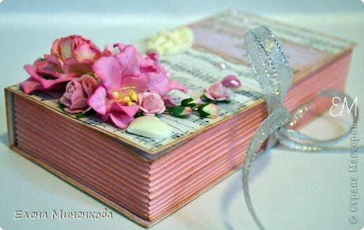 И снова, здравствуйте!  Совсем скоро наступит свадебная летняя пора. А, нынче, к свадьбе готовятся не только молодожены, но и гости. Совсем не хочется дарить деньги в примитивном магазинном конверте. Нет в нем души и индивидуальности! Но деньги все равно остаются самым лучшим подарком в такой день. А потому дарим мы их красиво.  Представляю вам свою новую коробочку для денежного подарка в розово-нотных тонах. Надеюсь, она сможет очаровать молодых!  ну и подробности - http://scrabruki.blogspot.ru/2014/05/blog-post_239.html фото 3