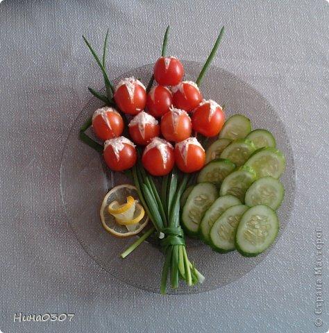 Наш весенний букет из помидорчиков и лука)) Букет был сделан на день рождения детей в марте и сфоткан))