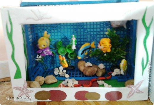 Думаю всем детям с родителями будет интересно собрать из ничего такой макет аквариума. Обычная картонная коробка, синий ящик для овощей, рыбки пластмассовые с которыми дети уже не играют, камушки ракушки и тд, и конечно же хорошее настроение)))