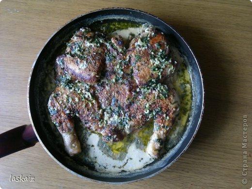 Меня, в последнее время, очень тянет на блюда Грузинской кухни. Вот и чкмерули попробовала сделать. Вкуснотень, а запах, мама дорогая,только сняла с огня,даже не переложила на блюдо))) Рецепт: целую курицу разрезали по грудке,не до конца,отбили по суставам,чтобы стала максимально плоской, натерли солью,черным перцем,молотым кориандром,базиликом и хмели-сунели, пол часа пропитывается. За это врем почистили 5-7 зубчиков чеснока, много кинзы порезали и все растерли вместе,в ступке. На сливочном масле,под гнетом, обжарили с двух сторон, минут по 15 курицу,вытащили из сковороды,масло процедили,влили в другую сковородку, туда же молоко,чеснок с кинзой. Закипело,кладем курицу и тушим,периодически поливая, под крышкой, минут 10. Я сделала именно с таким составом, в оригинале- вместо молока добавляют сливки и курицу натирают паприкой и черным перцем, а хмели-сунели кладут уже в сливочную смесь. Ах,какой у нас сегодня будет ароматный и вкусный ужин!!! Все, пошла за лавашом)))