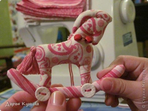 Вот такие коняшечки были сшиты на НГ арт-ярмарку, в которой я регулярно принимаю участие. Сшиты из американского хлопка, синтепон, бусины, подвесочки. фото 3