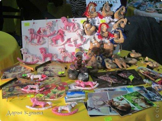 Вот такие коняшечки были сшиты на НГ арт-ярмарку, в которой я регулярно принимаю участие. Сшиты из американского хлопка, синтепон, бусины, подвесочки. фото 5