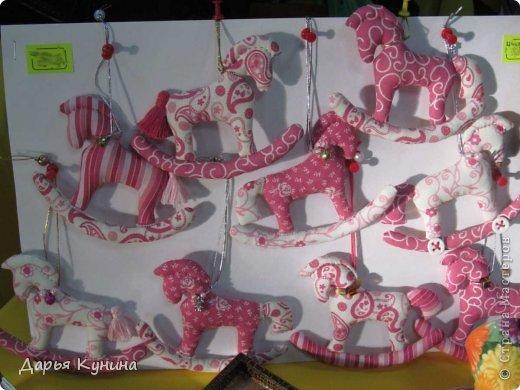 Вот такие коняшечки были сшиты на НГ арт-ярмарку, в которой я регулярно принимаю участие. Сшиты из американского хлопка, синтепон, бусины, подвесочки. фото 1