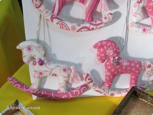 Вот такие коняшечки были сшиты на НГ арт-ярмарку, в которой я регулярно принимаю участие. Сшиты из американского хлопка, синтепон, бусины, подвесочки. фото 8
