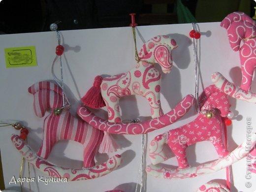 Вот такие коняшечки были сшиты на НГ арт-ярмарку, в которой я регулярно принимаю участие. Сшиты из американского хлопка, синтепон, бусины, подвесочки. фото 9